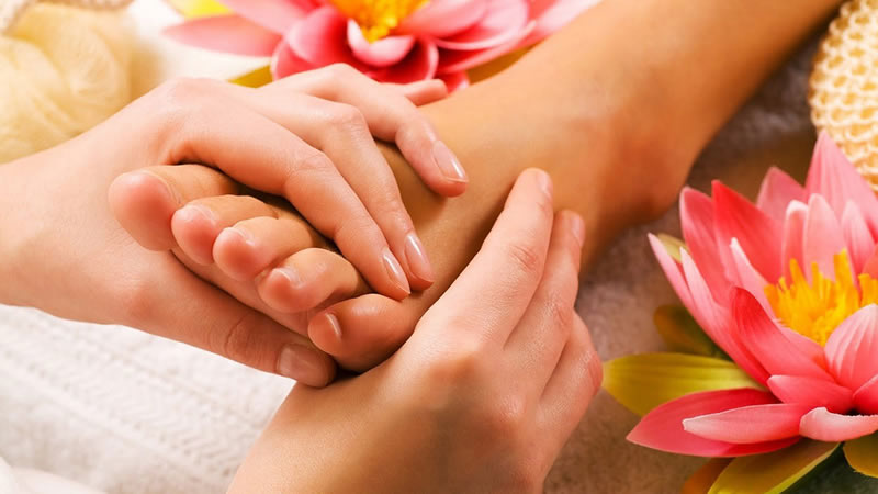 The Swedish Massage provided at Elgin Spa Resort in Darjeeling is a traditional full-body massage treatment where firm pressure is applied to stimulate circulation and reduce stress and tension in the body.