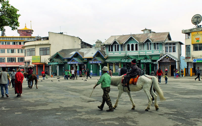 Located a km away from Elgin Hotel in Darjeeling, the Mall Road is certainly the best place for shopping in Darjeeling. Here one can find Handcrafted art pieces sold by the locals at a varied price range